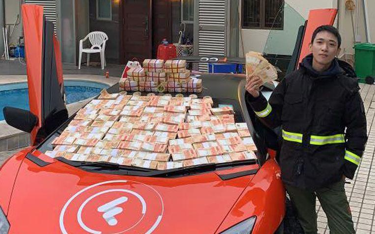 Thousands of banknotes flew down in a poverty-stricken neighborhood 2
