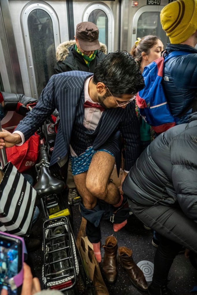 No pants on the metro: No Pants Subway Ride in 50 amusing pictures 15