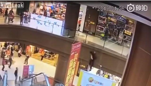Man commits suicide after throwing her child from a third floor 2