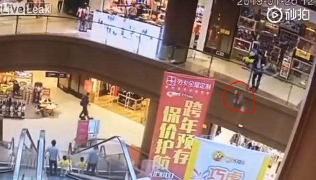 Man commits suicide after throwing her child from a third floor 3