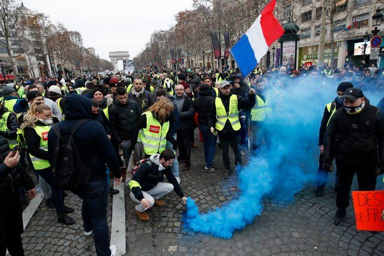 Italian government supports the protest of 'yellow vests' against Macron 2