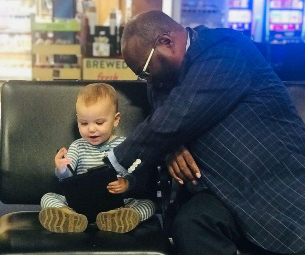 Photo of 6-month little girl who makes friends with a strange man