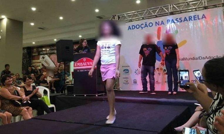Fuss for animal market adopted children on the catwalk Brazil