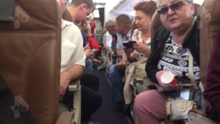 Photo of Troublemaker tries to strangle fellow passenger but dies shortly