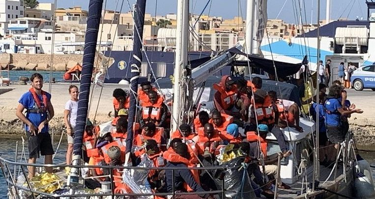 Photo of Italy prosecutes the captain of a boat who, despite being banned, let migrants go ashore
