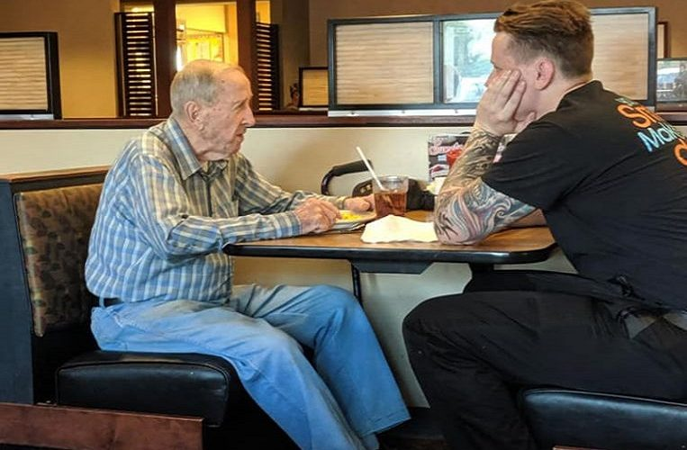 Young waiter joins lonely veteran (91) and endears Facebook